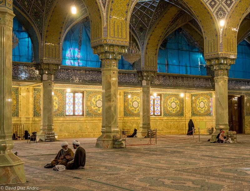 Ramadán en Irán - Interior de una mezquita en Qom